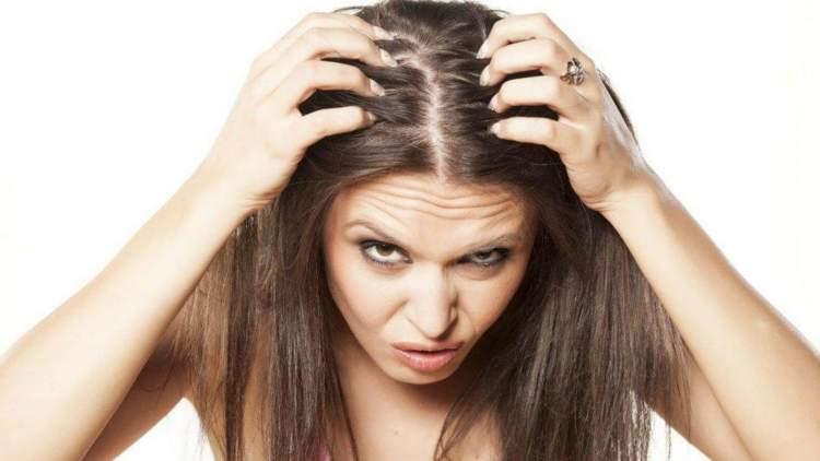 Sensibilidade extrema do couro cabeludo é um dos sintomas da enxaqueca que não tem nada a ver com dor de cabeça
