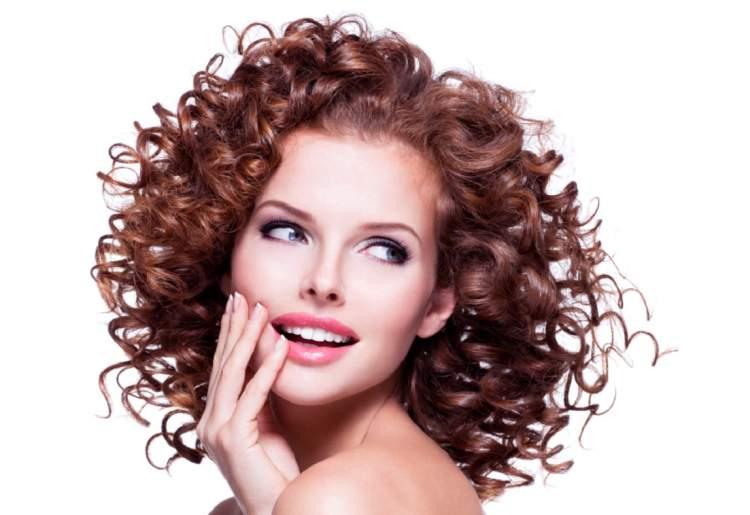 Aprenda domar os cabelos cacheados