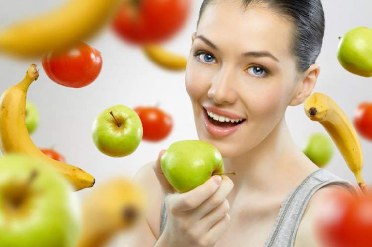 Comer frutas é uma das maneiras de desinchar a barriga em 1 dia