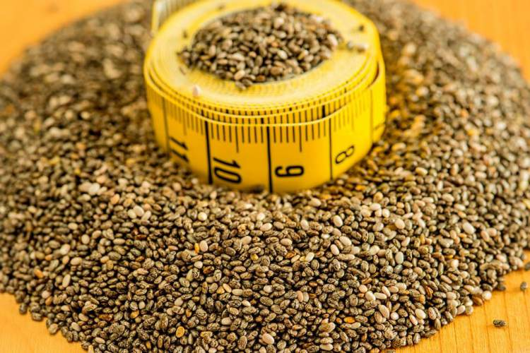 Comer grãos e sementes é uma das maneiras de desinchar a barriga em 1 dia