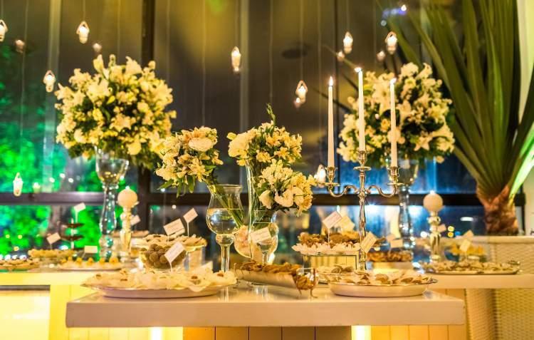 Decoração de casamento com arranjos de astromélias
