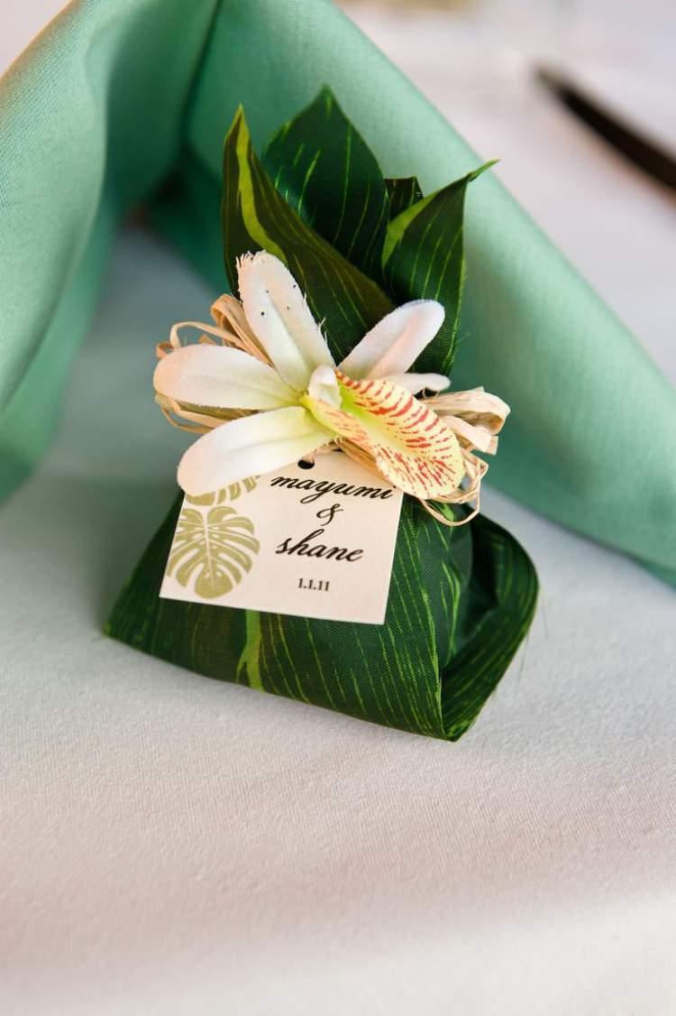 Lembrancinha de casamento feito com folhagens