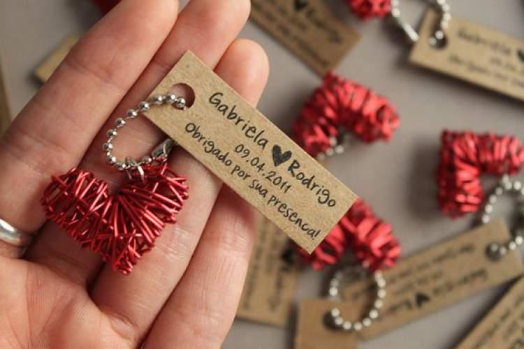 Modelo de chaveiro para dar como lembrancinha de casamento