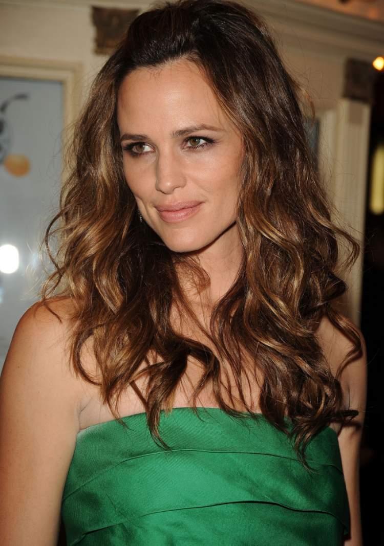 Longos em camadas entre os cortes de cabelo indicados para mulheres acima de 35 anos de idade