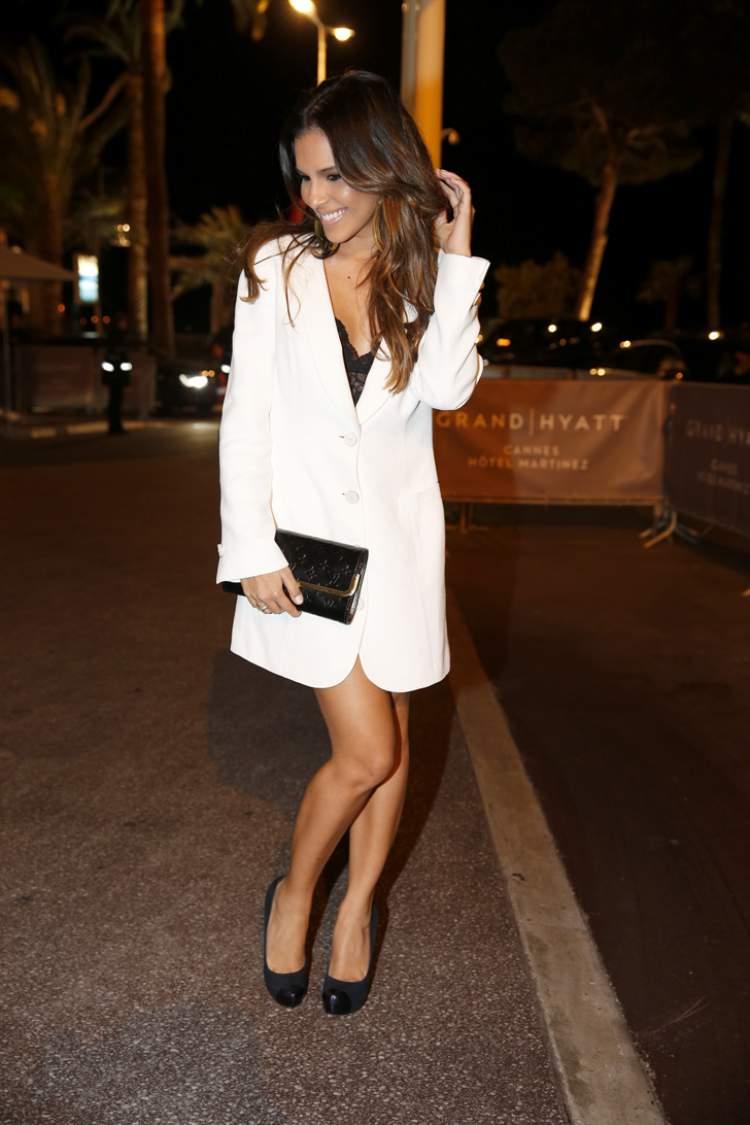 Mariana Rios usando um sobretudo branco