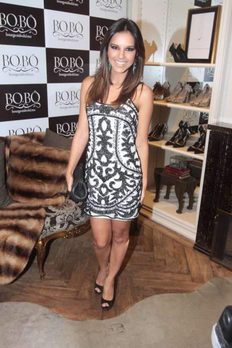 Mariana Rios usando vestidinho tubinho