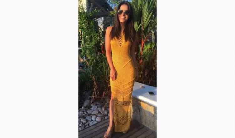 Mariana Rios usando vestido longo que é a cara do verão