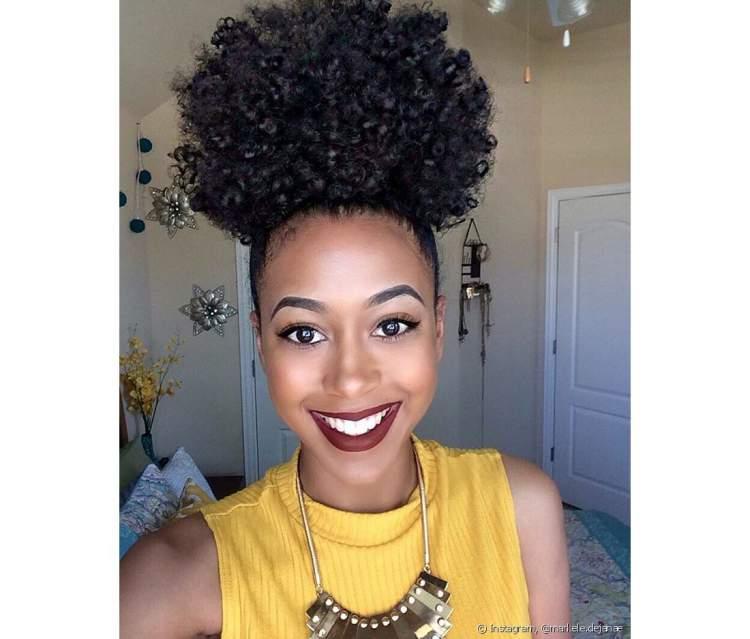 Penteado afro puff é um dos penteados para cabelos 2018