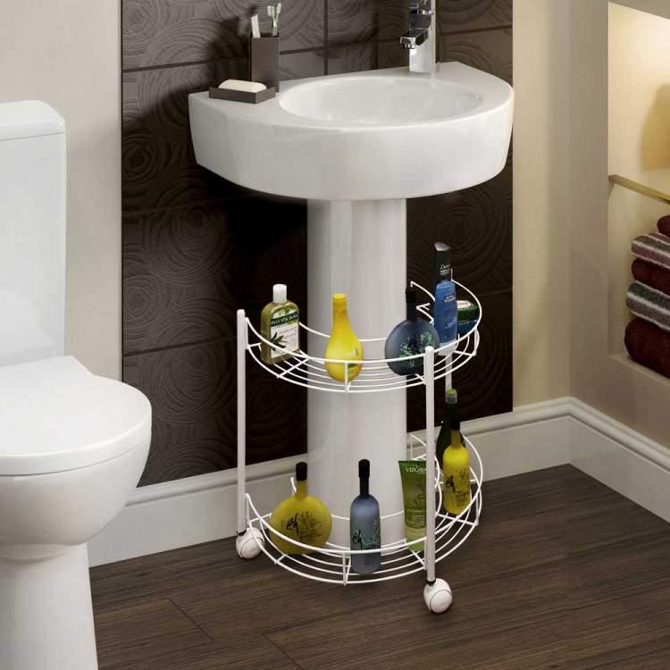 Prateleiras de aramados para deixar um banheiro pequeno mais espaçoso