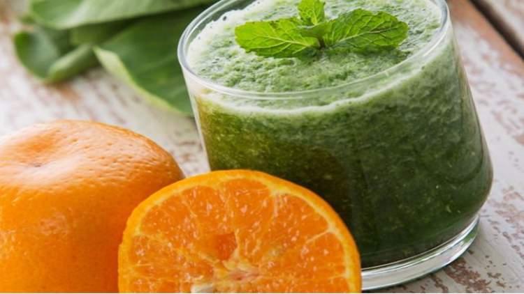 Suco detox de couve e laranja ajuda a eliminar gordura em pouco tempo