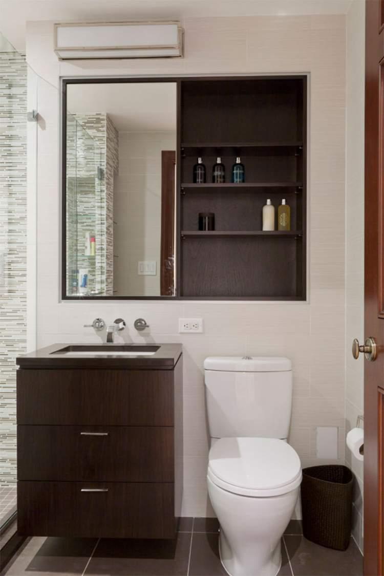 Armário embutido na parede para deixar um banheiro pequeno mais espaçoso