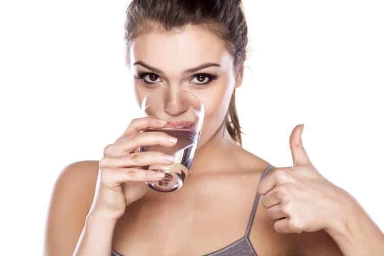 Beba muita água para queimar gordura abdominal e secar barriga