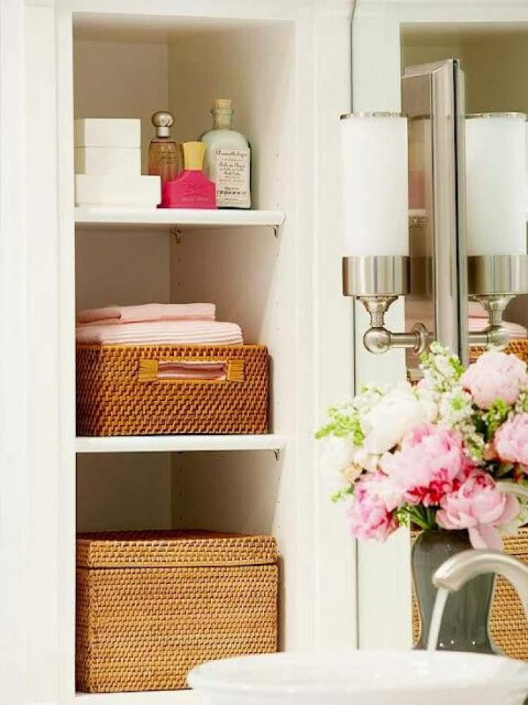 Caixas organizadoras para deixar um banheiro pequeno mais espaçoso