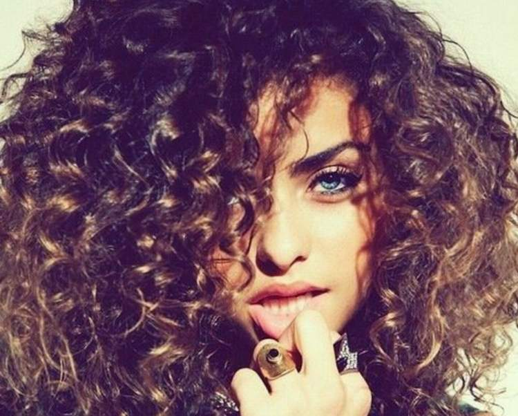 Dicas para realçar a beleza dos cabelos cacheados