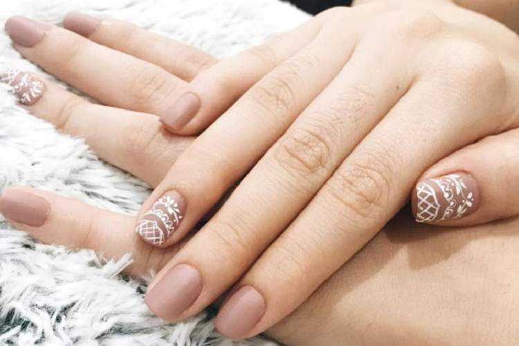 Ideia de unhas decoradas para quem ama o esmalte nude