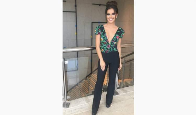 Look da Mariana Rios com uma blusa mega decotada