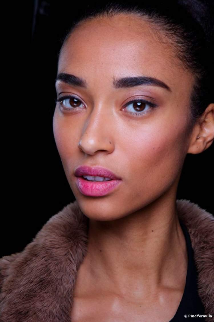 Maquiagem para quem tem olhos castanhos: Boca rosa e olhos nada