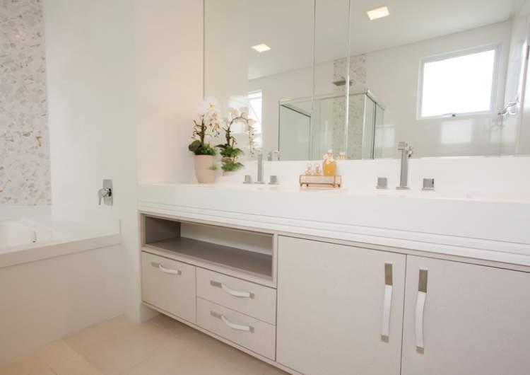 Tons claros na parede para deixar um banheiro pequeno mais espaçoso