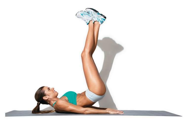 Exercício abdominal com elevação de quadris para tonificar o abdômen