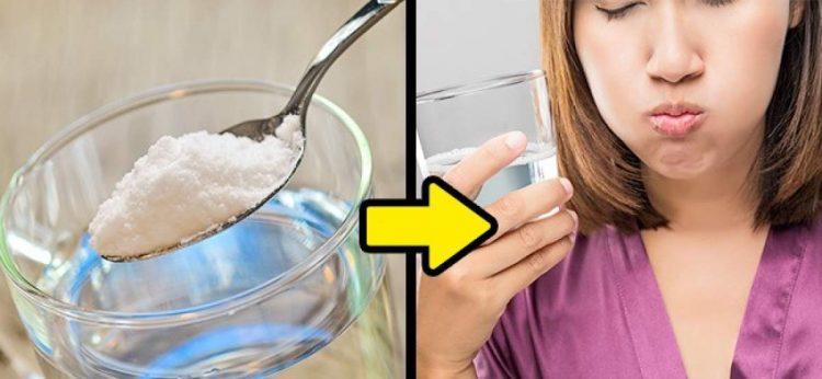 Faça gargarejos com água e sal para evitar um resfriado