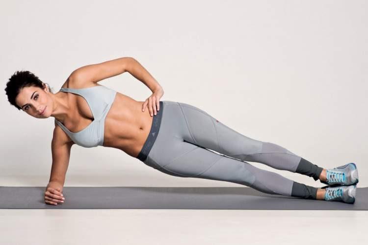 Flexão lateral é um dos melhores exercícios para acabar com os pneuzinhos