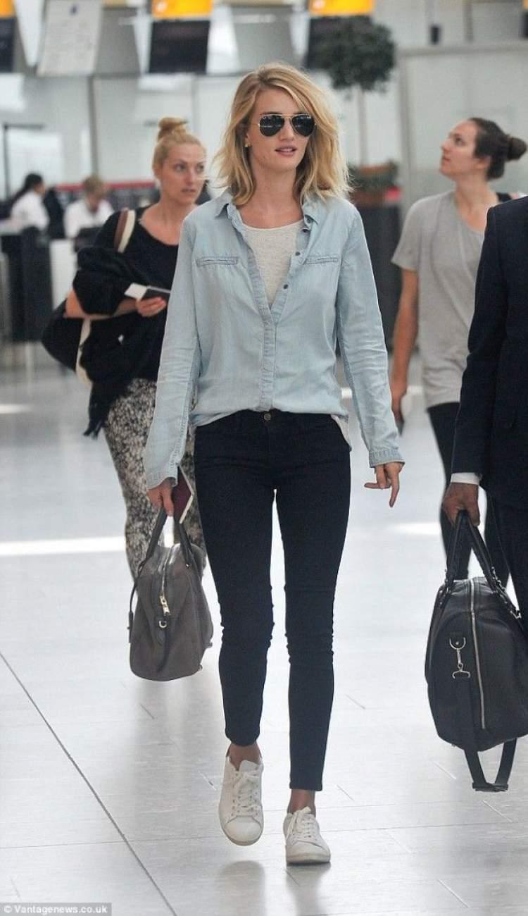 Look de viagem com camisa jeans