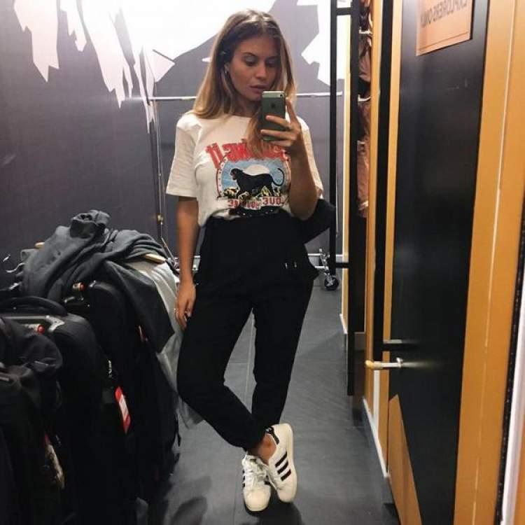 Look de viagem com camiseta divertida + calça soltinha