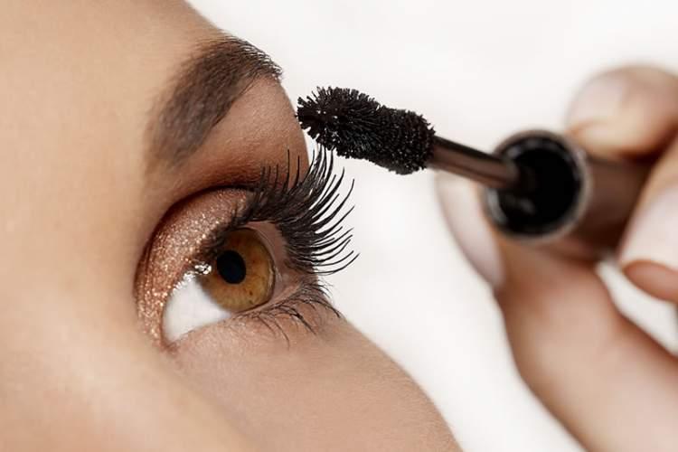Máscara de cílios preta na maquiagem de maquiagem para quem tem olhos pequenos