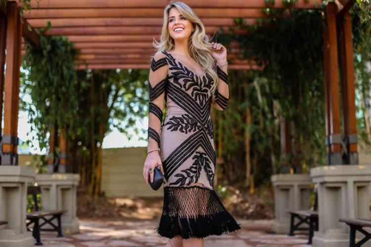 Vestido elegante com transparência