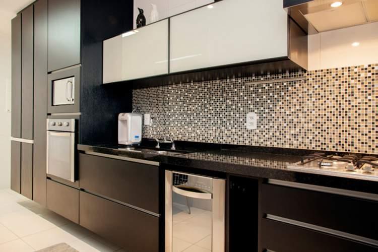 Cozinha linear com móveis escuros