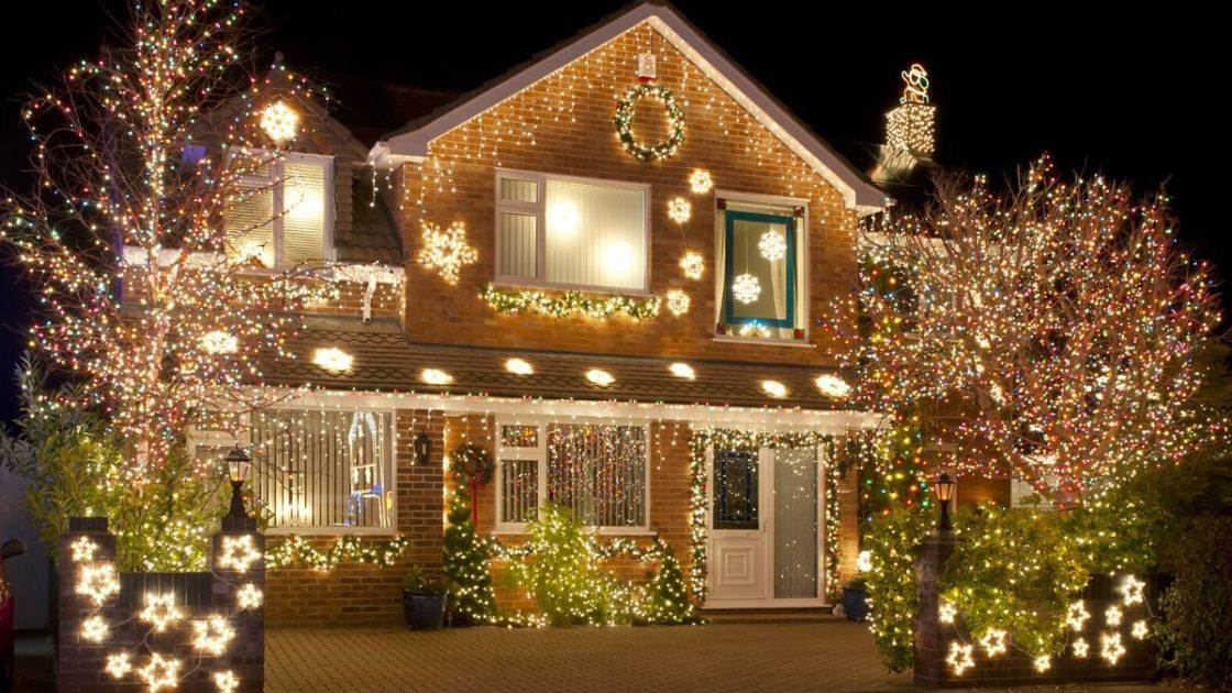Decoração de Natal com luzes em área externa