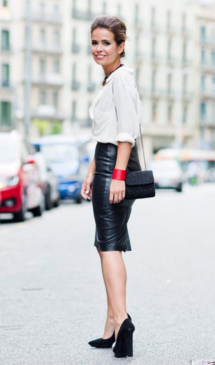 Saia lápis + camisa branca é uma maneira de criar um look fresquinho e elegante para trabalhar no verão