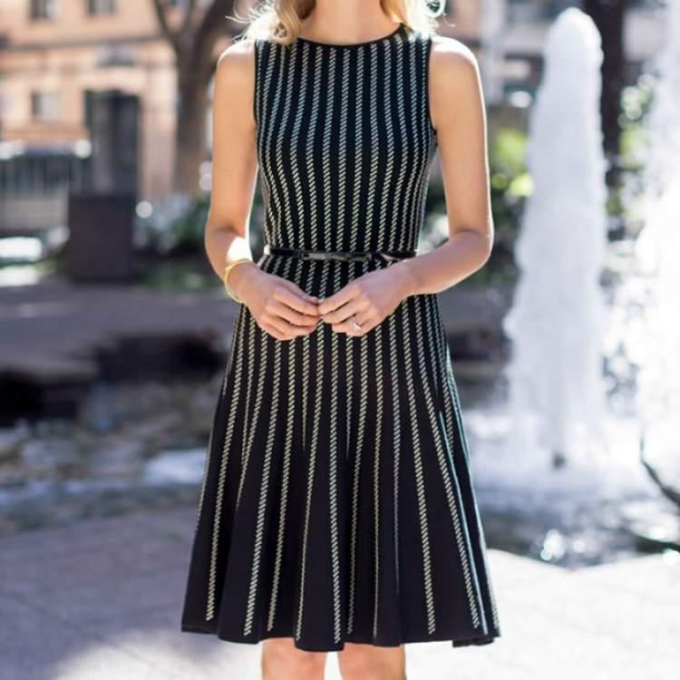 Vestido plissado para criar um look fresquinho e elegante para trabalhar no verão