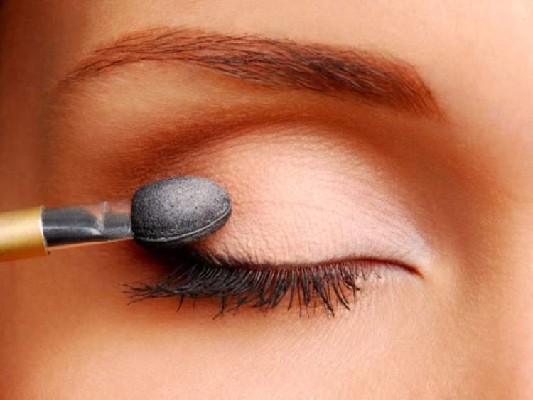 Aprenda usar a base para fixar a sombra na maquiagem