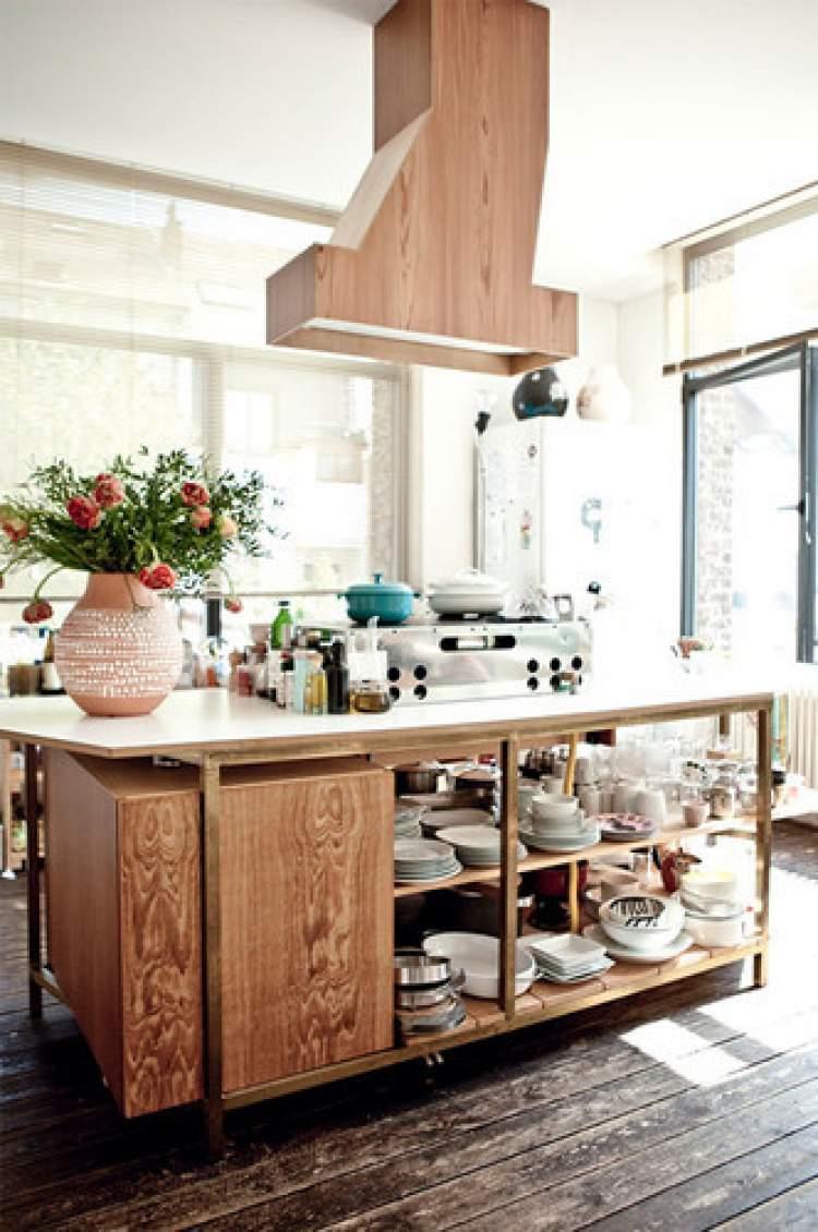 Balcão de cozinha moderno e revestido de madeira