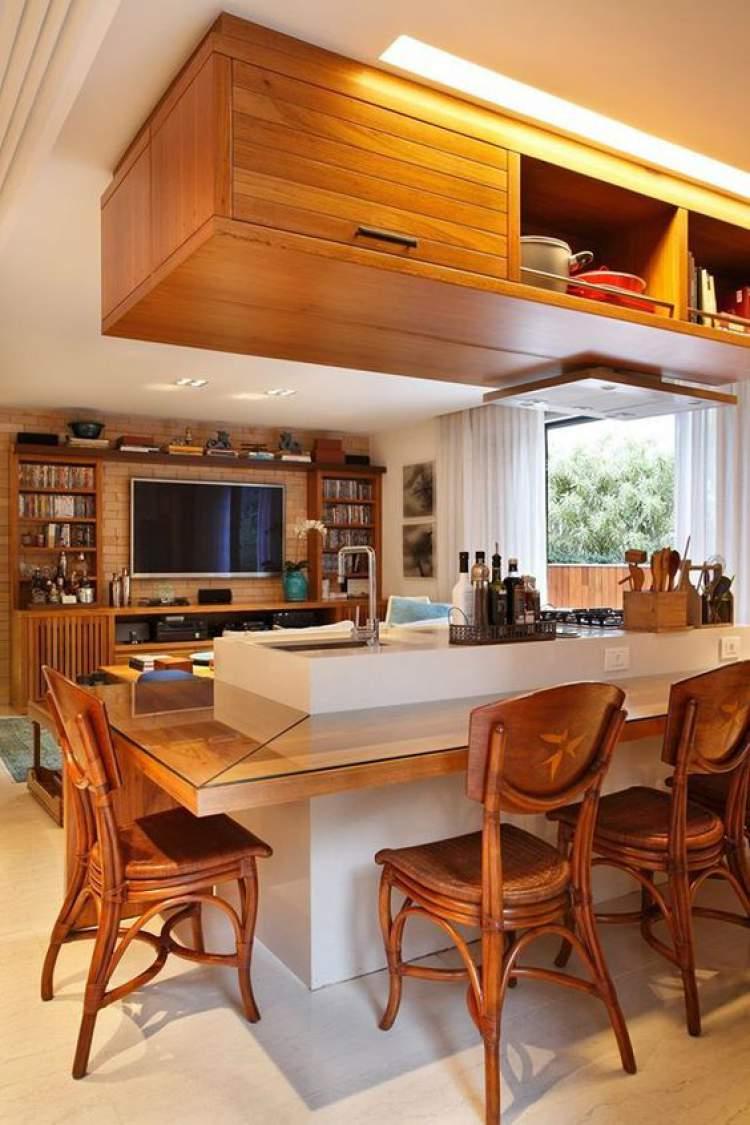 Balcão de cozinha que transforma em mesa de jantar