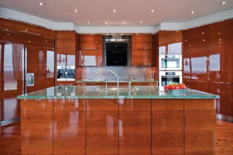 Balcão de cozinha todo feito em madeira