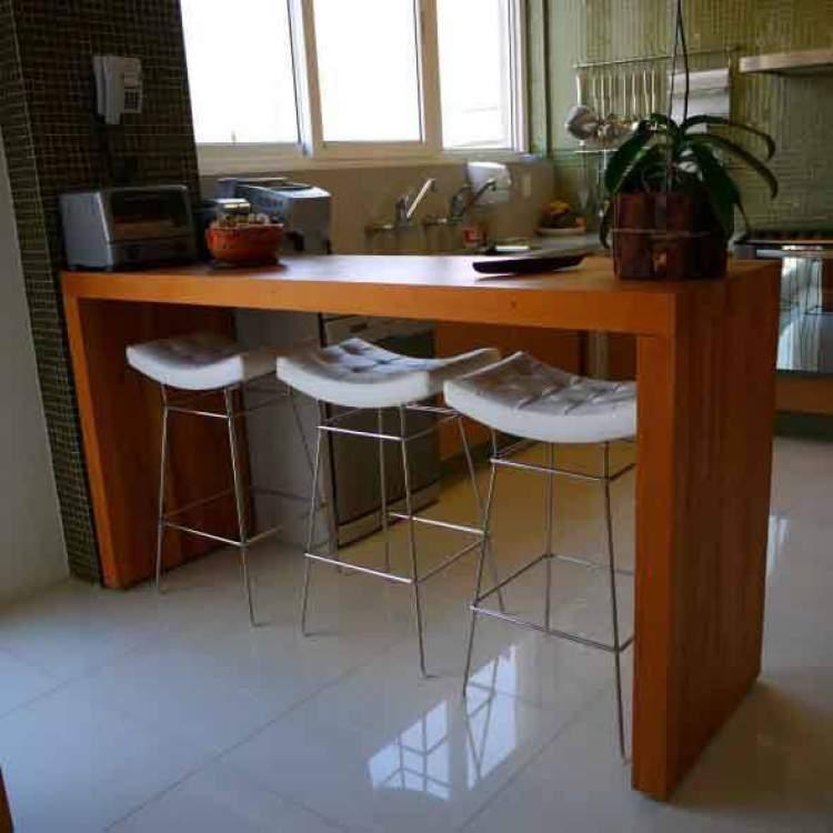Balcão de cozinha vazado para ser usado como mesa