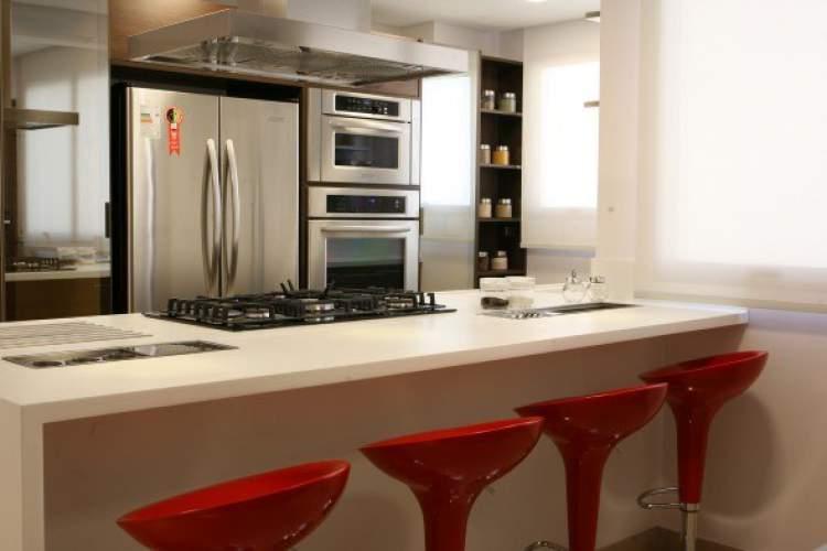 Balcão de cozinha moderno que integra mesa, pia e fogão