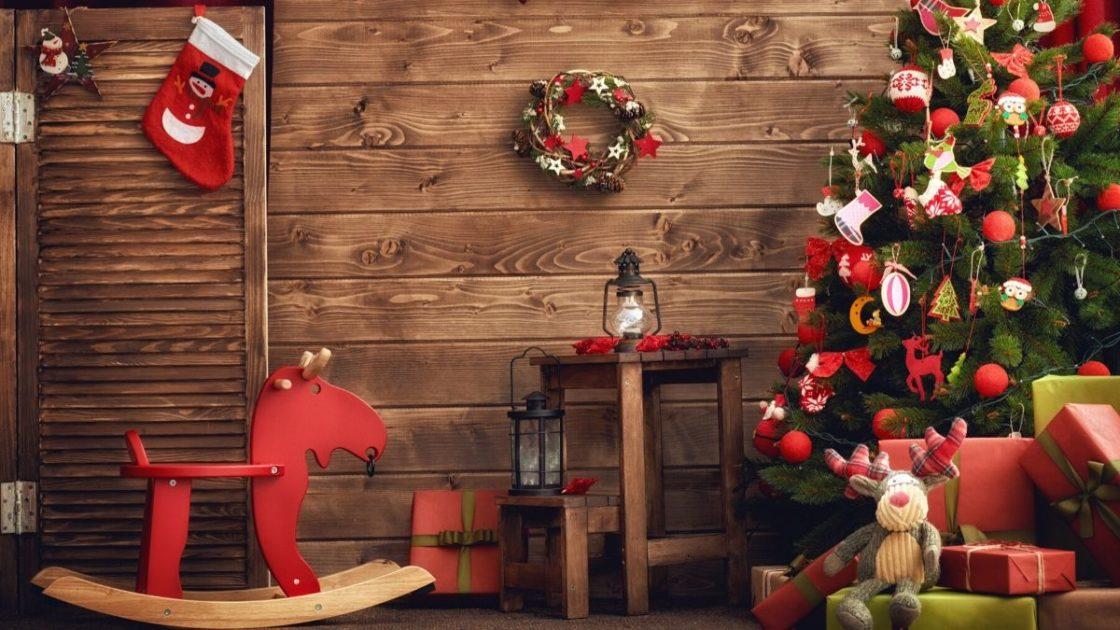 Casa de madeira com decoração de Natal