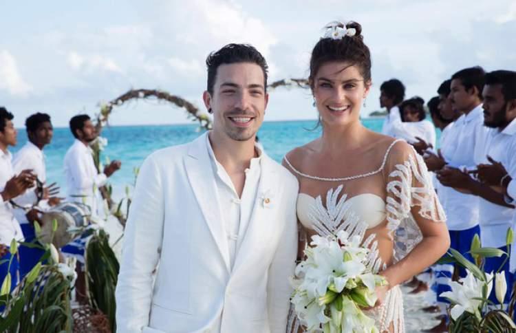 O casamento da modelo Isabeli Fontana e do cantor Di Ferreiro, celebrado na praia, contou com uma linda decoração de lírios brancos, incluindo o buque da noiva.