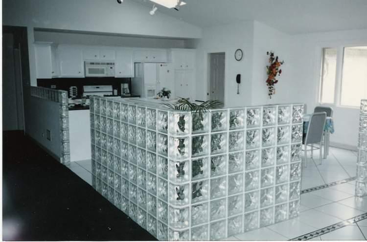Cozinha pequena com tijolos de vidro