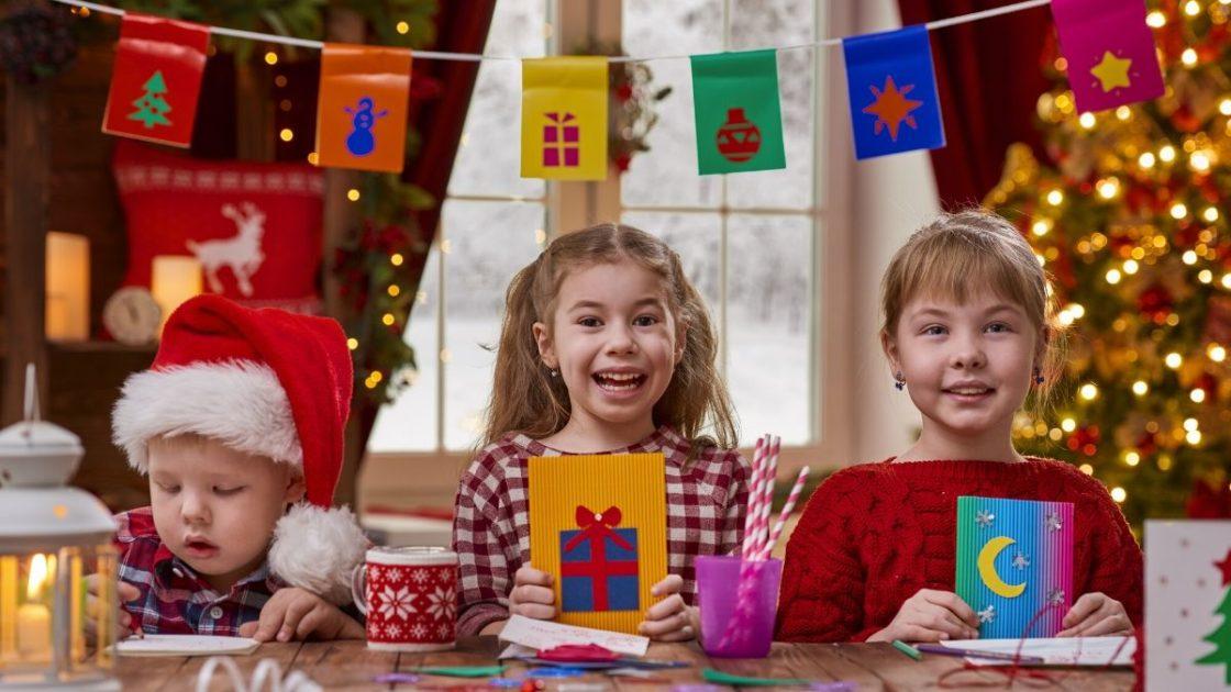 Crianças ajudando na decoração de Natal