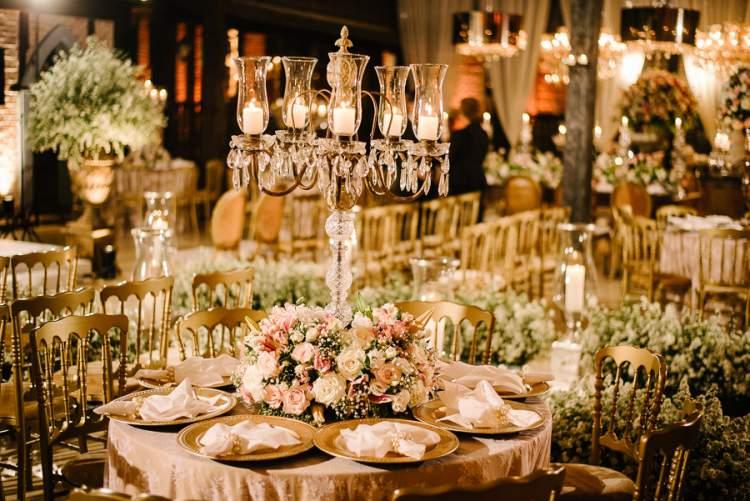 Mesa de casamento decorada com rosas