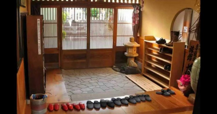 5 razões para você tirar o sapato antes de entrar em casa