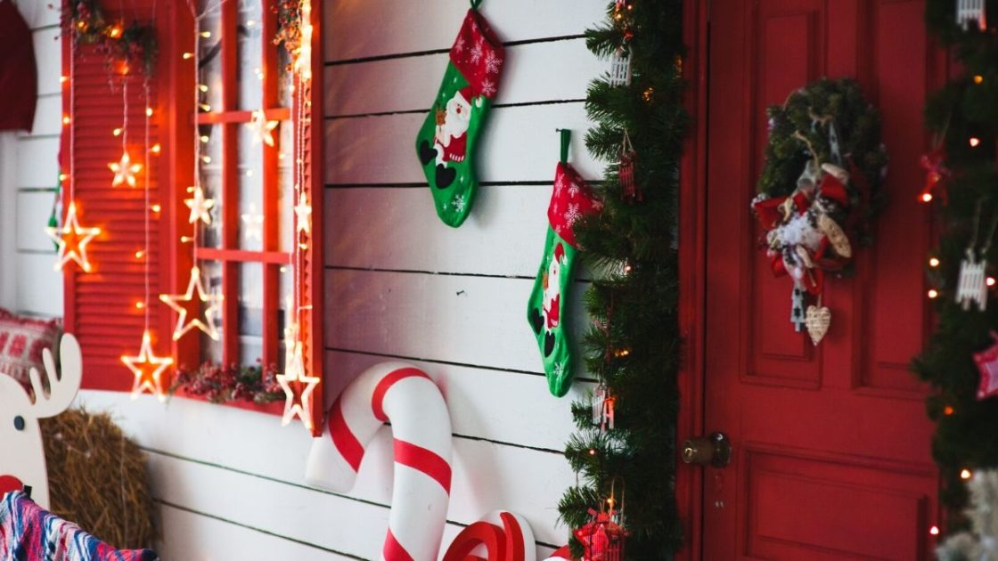Porta e janela decoradas para o Natal