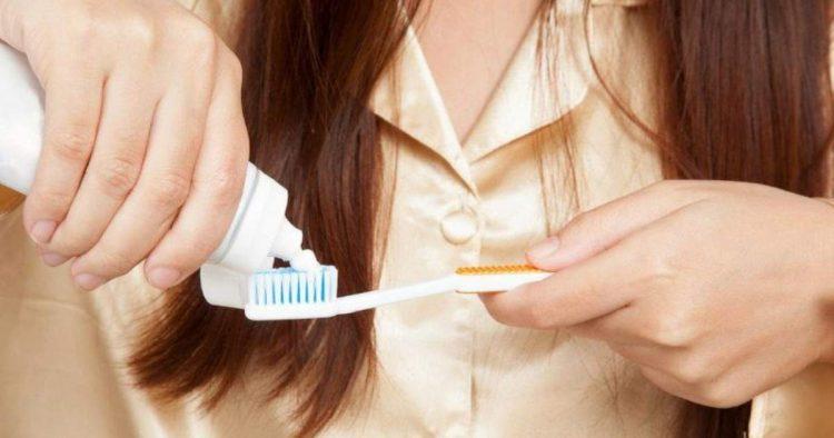 Aprenda a limpar mancha de pasta de dente de roupas delicadas