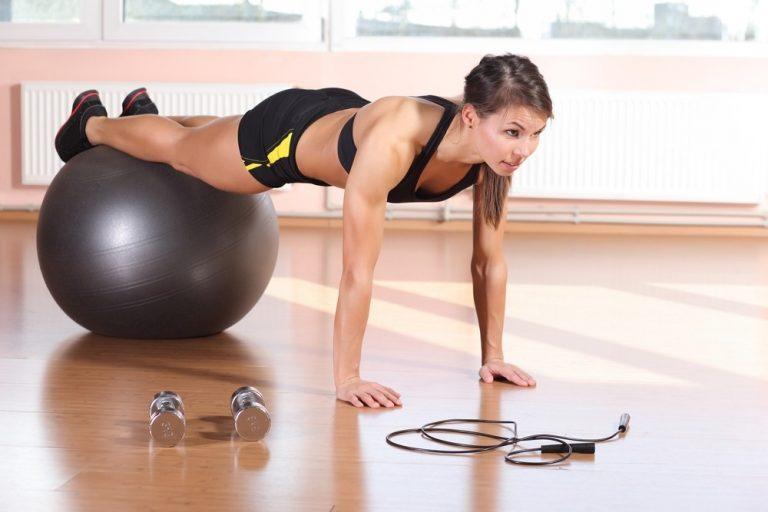 Exercício de prancha com apoio para secar a barriga