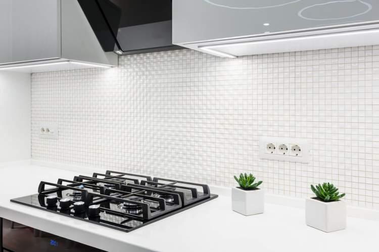 Azulejos brancos ajudam a melhorar a iluminação da cozinha