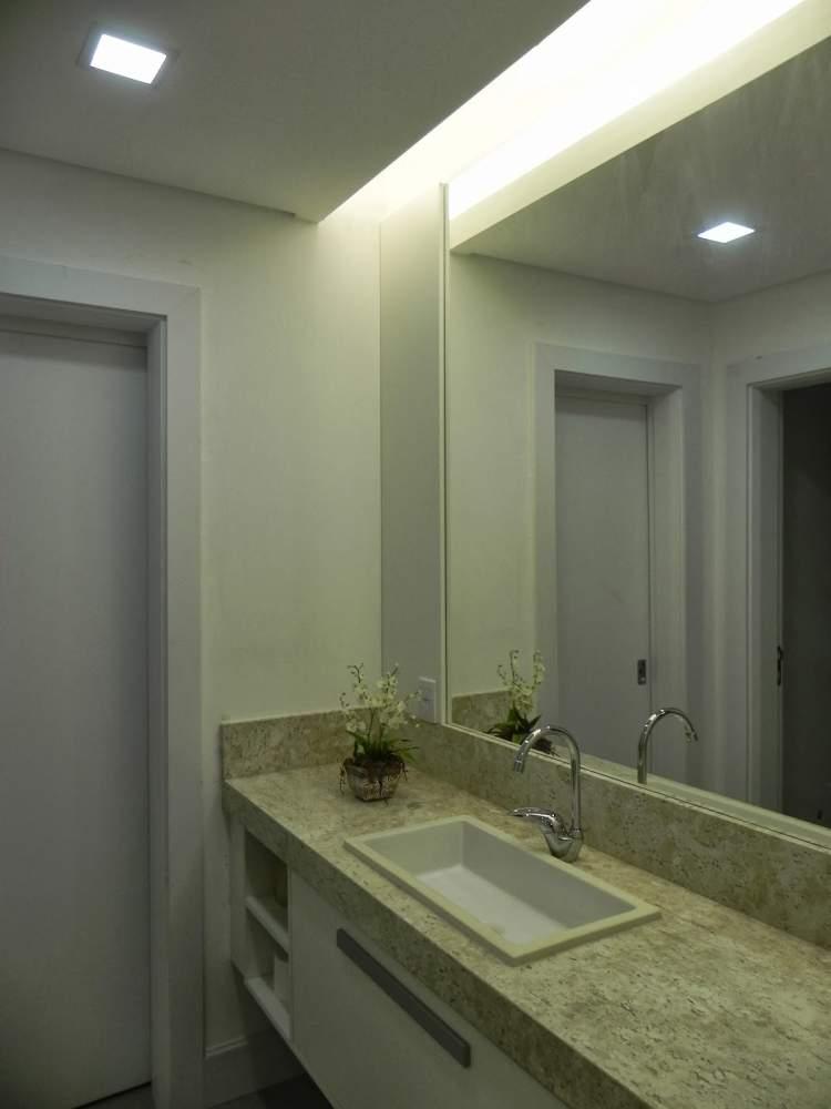 Banheiro decorado com sanca